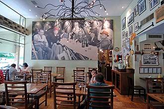 העיצוב עושה שימוש בגוונים חמים של עץ ועל הקיר תמונה ענקית מרהיבה, המנציחה את המשפחה האיטלקית של הבעלים.