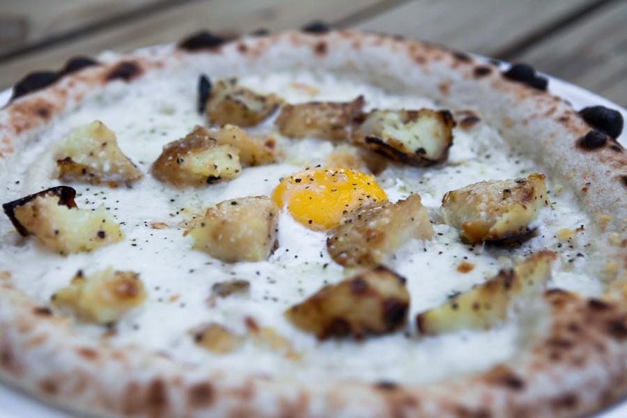 פיצה עם תפוח אדמה מדורה, פקורינו וביצת עין
