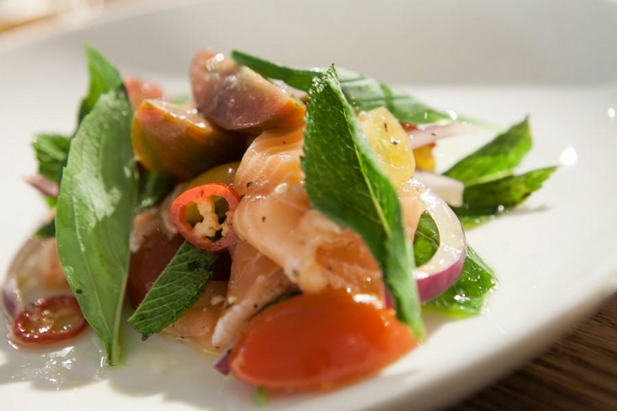 סלט סלמון עם ירקות טריים