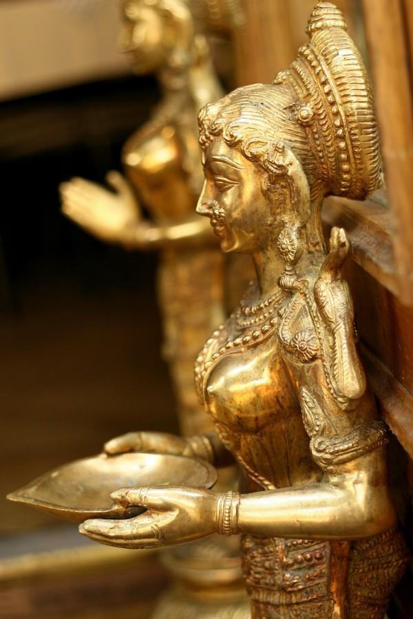 פסלים הודיים במסעדה