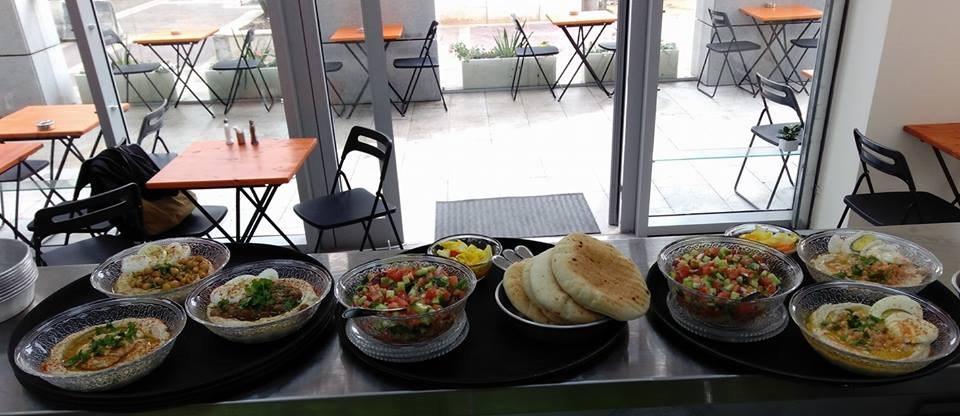 שולחן חומוס וסלטים