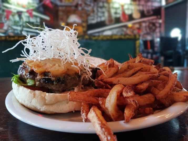 """ההמבורגר התאילנדי של יומנגס (צילום: יח""""צ)"""