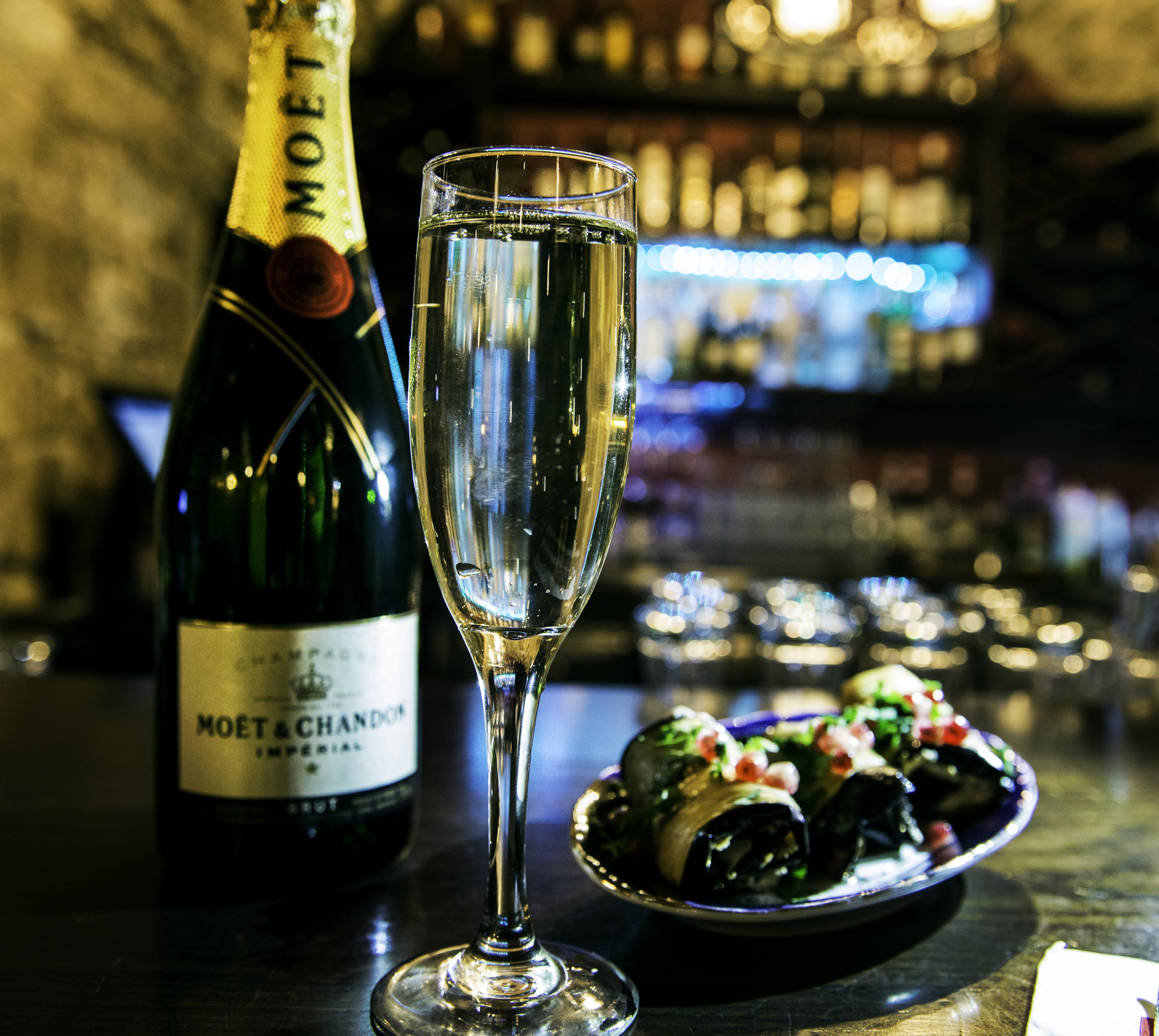 שמפניה וגלילות חצילים במסעדת טש וטשה (צילום: בר איילון)