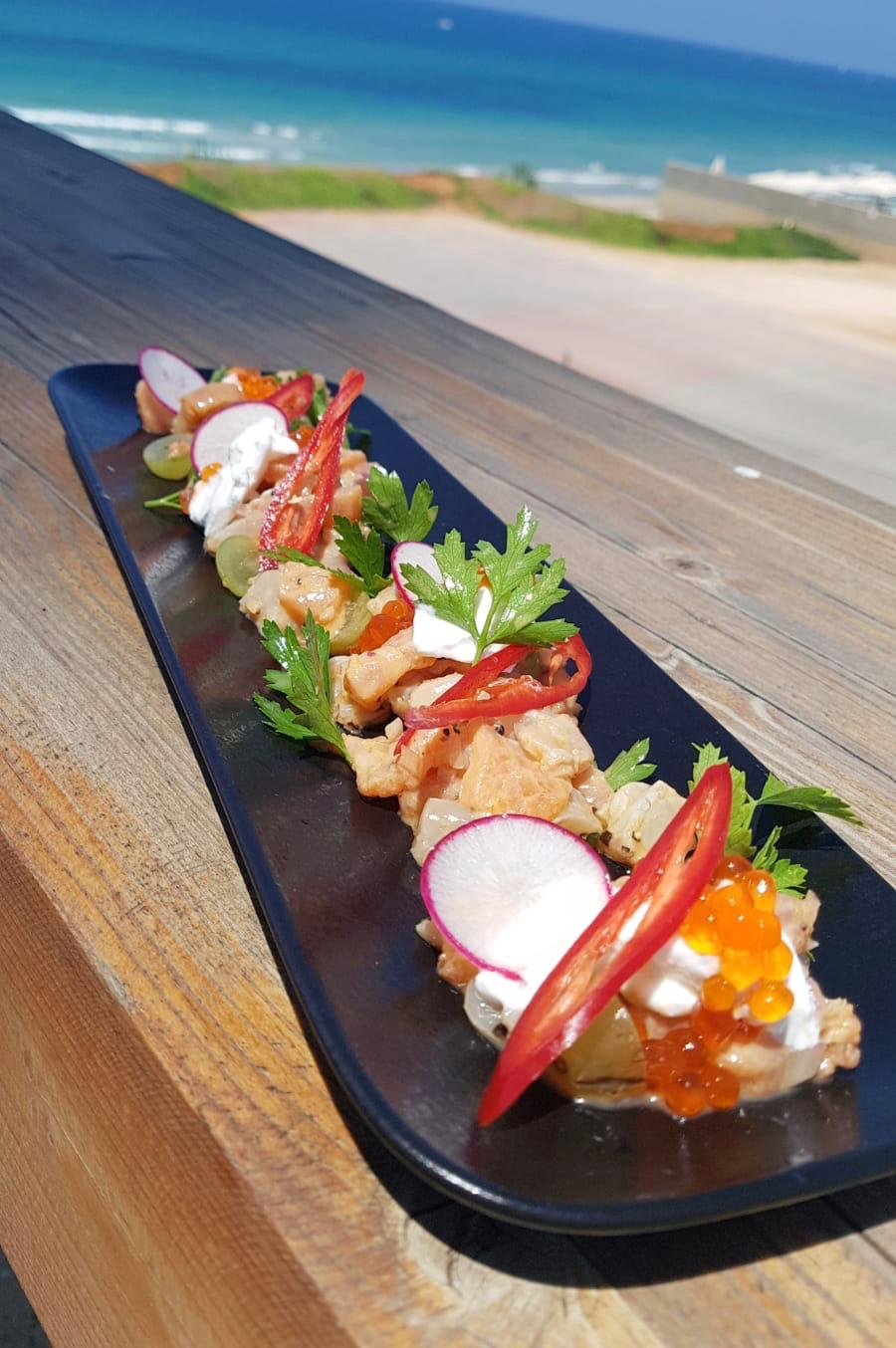 """טרטר דג, צנונית, בצל סגול, פלפל אדום, עירית ובצל ירוק עם ברוסקטות) של בראסרי Del Borgo (צילום: יח""""צ)"""