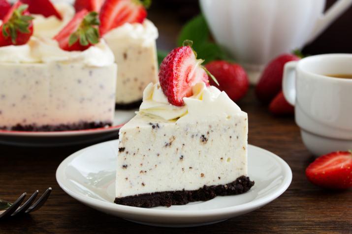 עוגת גבינה עם שוקולד לבן ועוגיות אוראו (צילום: shutterstock)