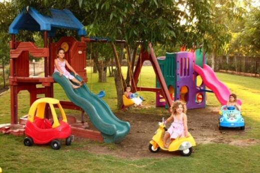 חצר מקסימה עם מתקנים לילדים. בנחלה