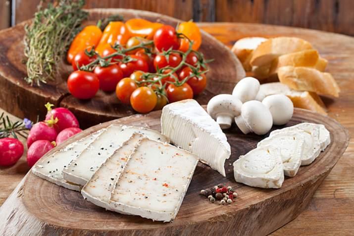 גבינות במעדניית מרקוביץ בחבל מודיעין (צילום: בועז לביא)