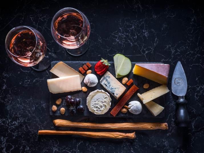 פלטת גבינות במעדניית אגתה (צילום: אנטולי מיכאלו)