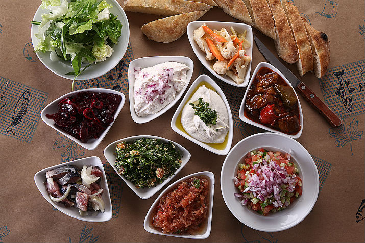 מפנקים את הסועד: 10 סוגי סלטים ללא תוספת מחיר. מסעדת שצ'ופק. צילום: אפיק גבאי