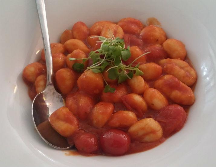 ניוקי ברוטב עגבניות ומרווה