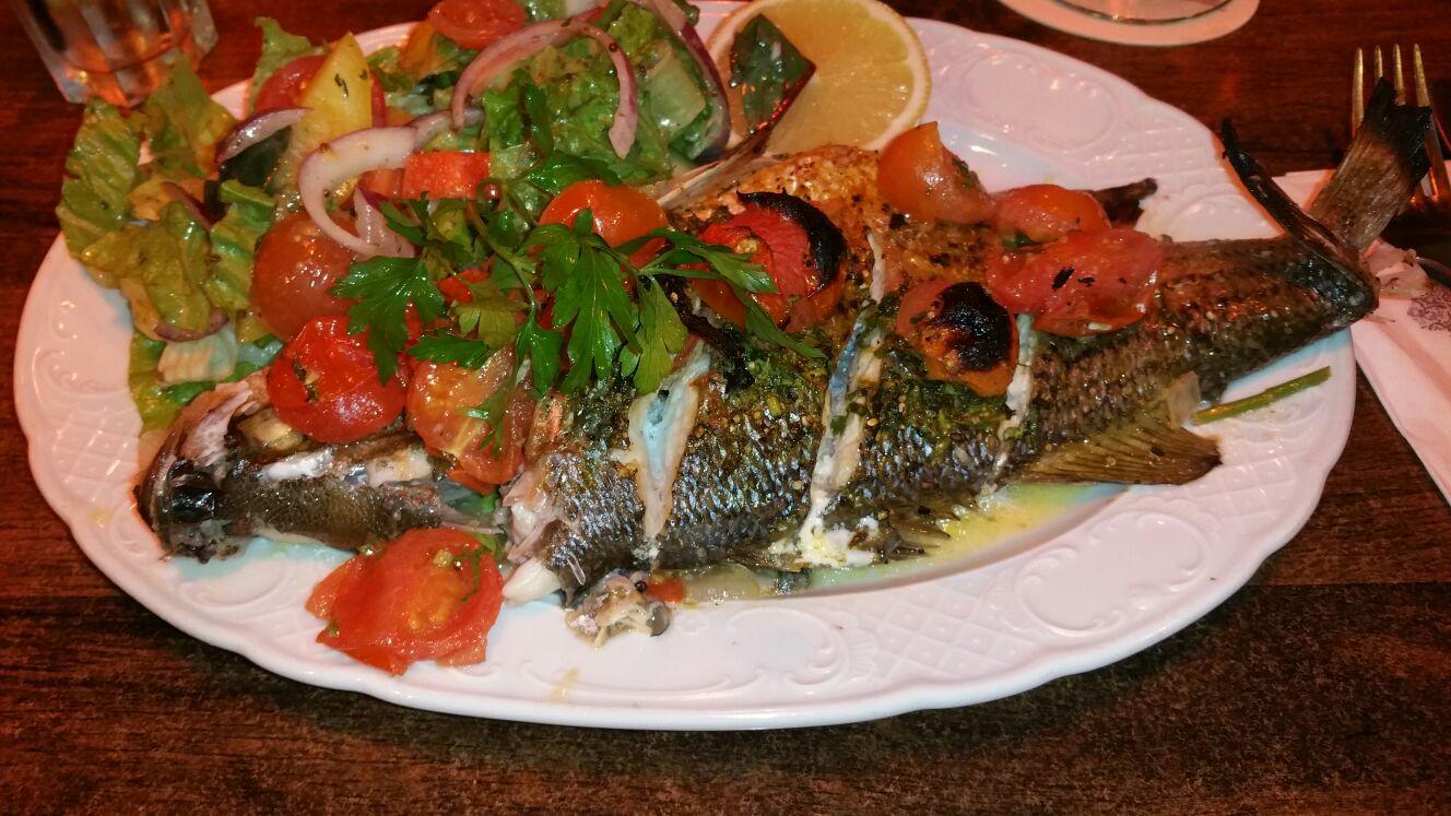 דג בס ממולא בעגבניות