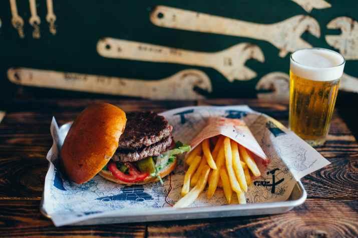 המבורגר וצ'יפס של כביש 90 (צילום: עדי פרץ)