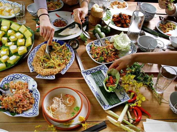 שולחן בבית תאילנדי (צילום: מיטל סלומון)