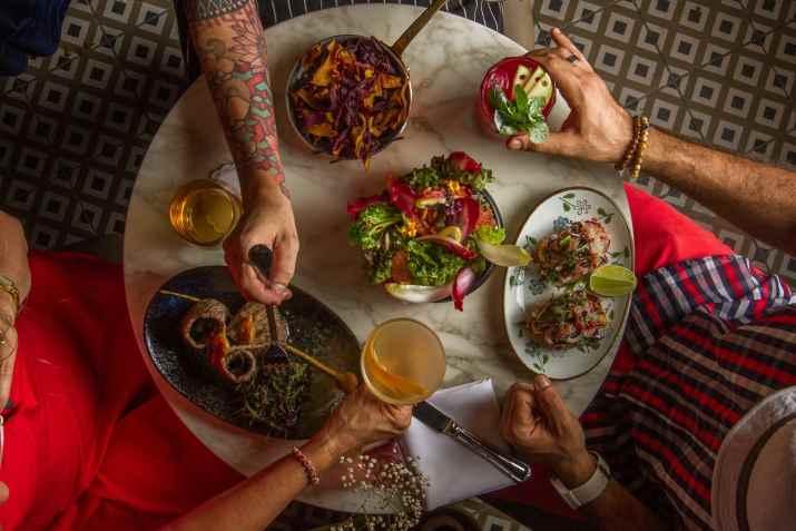 שולחן עם אוכל ושתייה באנדלוסיה (צילום: אסף קרלה)