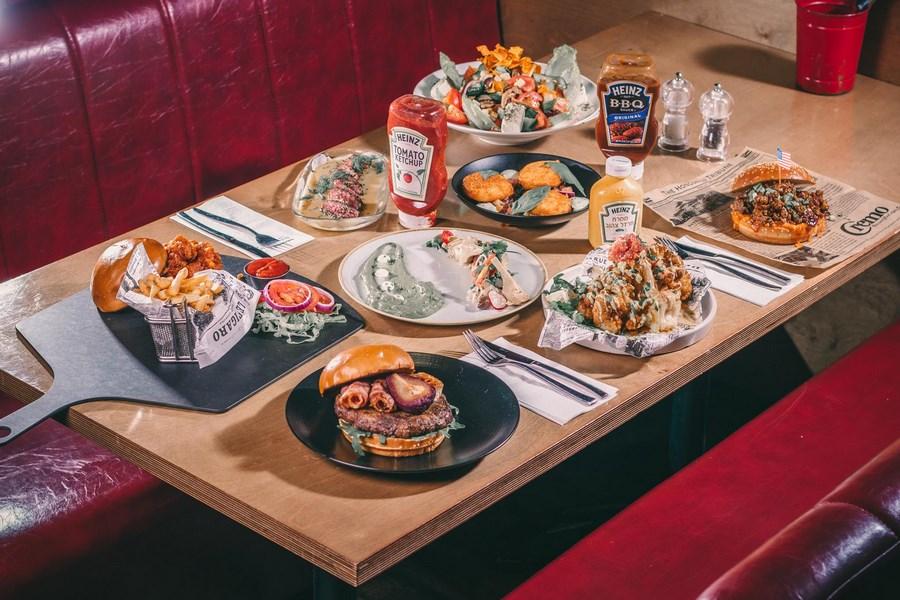 שולחן בSunset BLVD Kitchen Bar (צילום: באדיבות המקום)