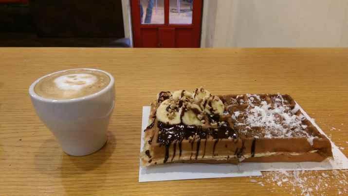 בבית קפה (צילום: באדיבות המקום)