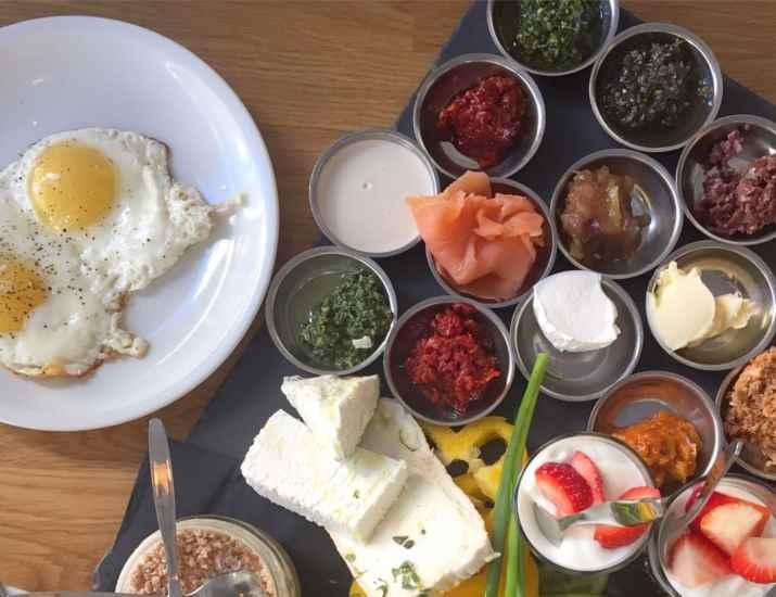 ארוחת בוקר בנאדי קפה (צילום: אפרת ליכשנשטט)