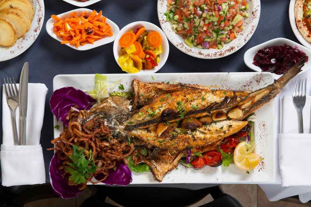 דג לוקוס שלם במסעדת הדייגים תל אביב (צלם: דרור ורשבסקי)