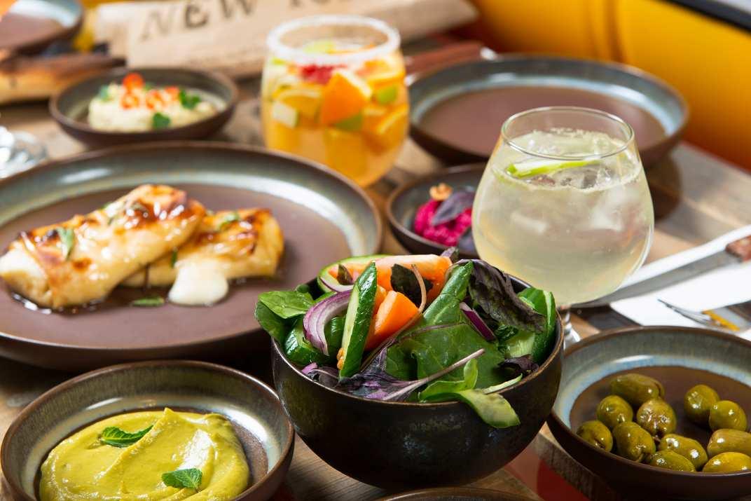 ארוחה וקוקטיילים בקפה הודיה תל אביב (צלם: דרור ורשבסקי)