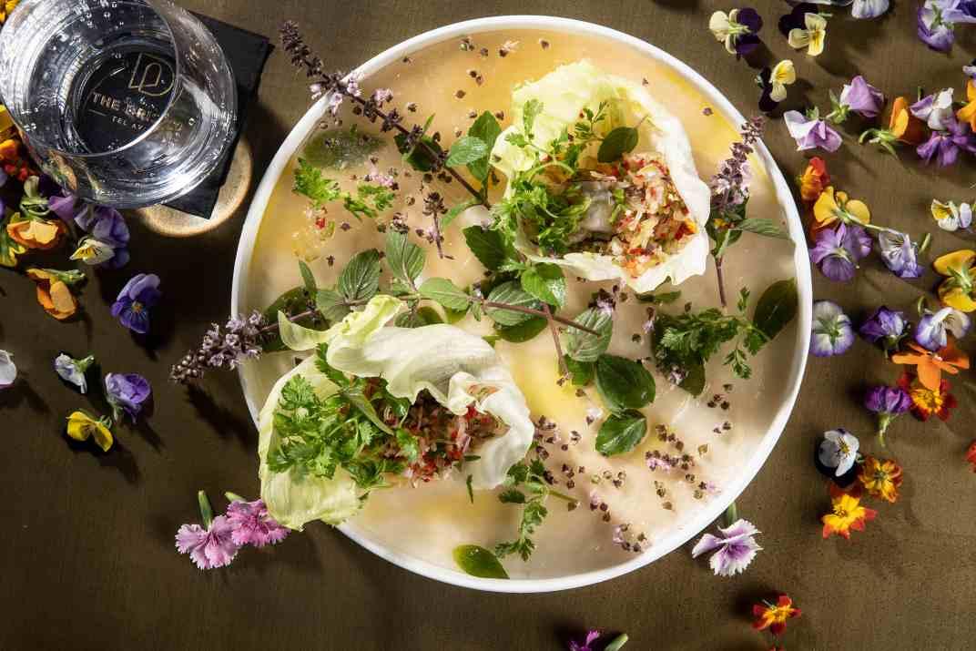 אויסטר סביצ'ה עם סלסלת עגבניות מוחמצות בליים במסעדת ג'ורג וג'ון (צלם: איליה מלינקוב)