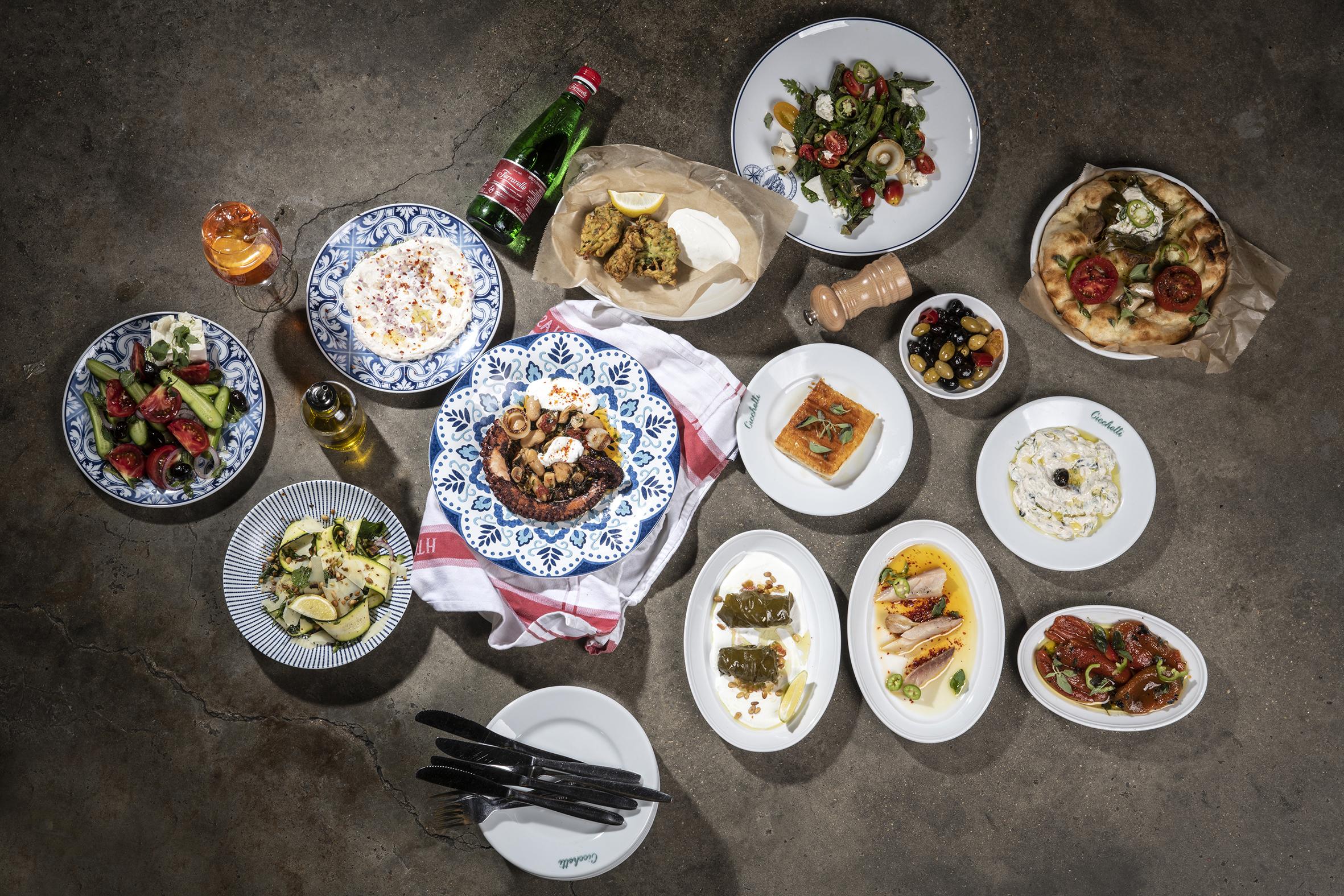 פתיחת שולחן בטברנה יוונית (צלם: איליה מלניקוב)