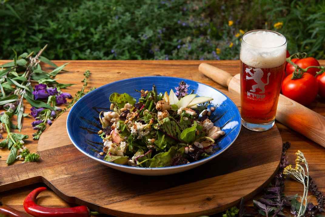 סלט ובירה במסעדת ברבהר (צלם: דרור ורשבסקי)