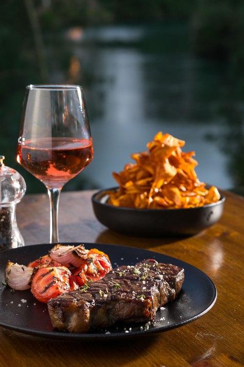 בשר ויין במסעדת על הנהר (צילום: באדיבות המקום)