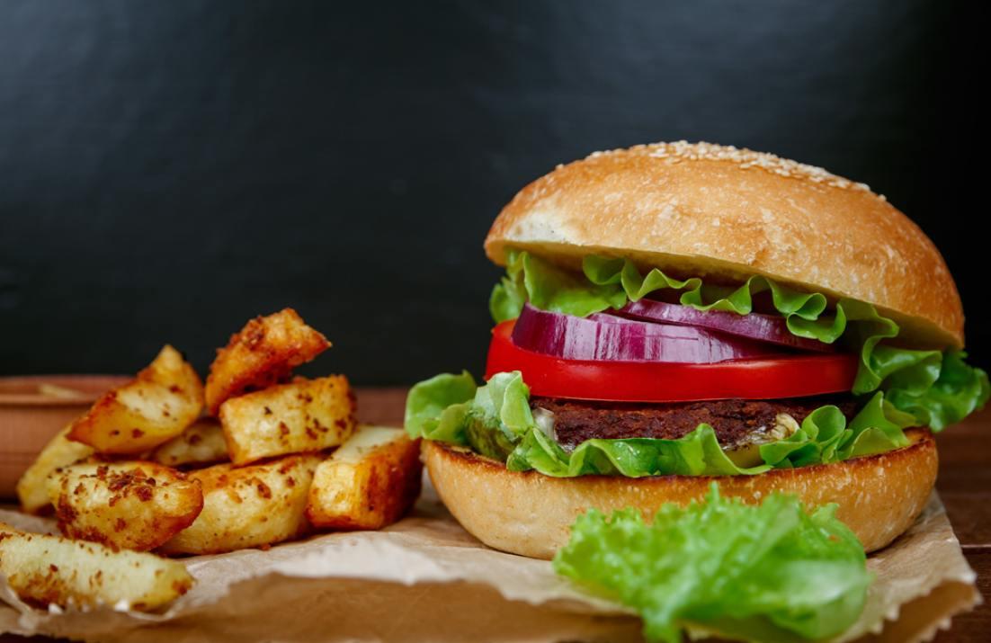 המבורגר וצ'יפס  (Shutterstock)
