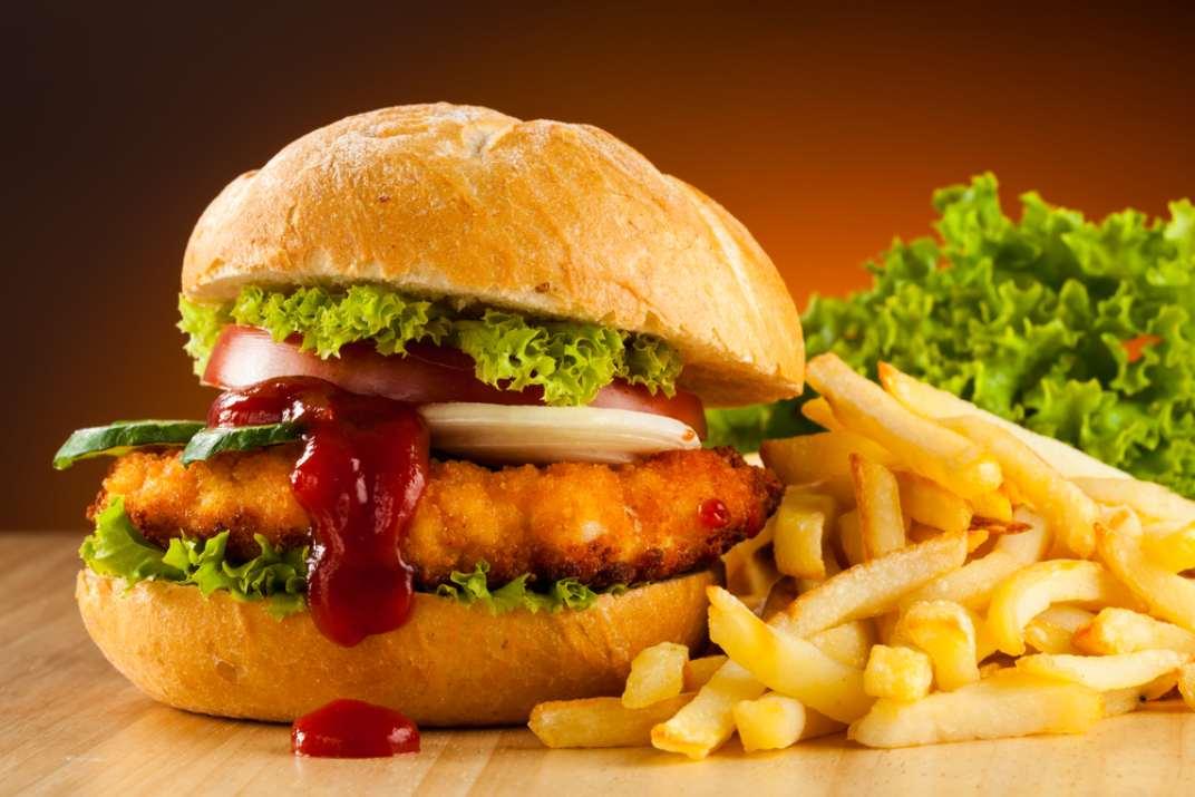 המבורגר עם קטשופ  (Shutterstock)