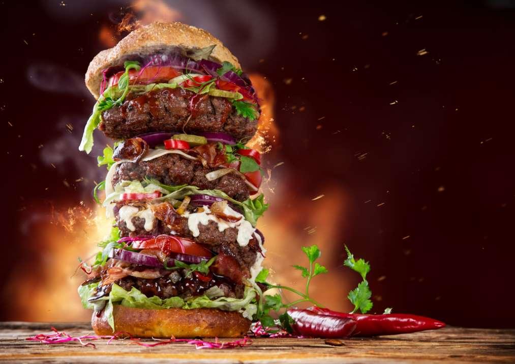 ערימת המבורגרים בלחמנייה  (Shutterstock)