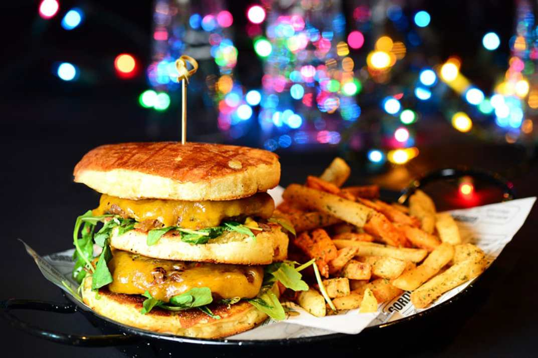 המבורגר דאבל טראבל במסעדת גורדוס חולון (צילום: באדיבות המקום)