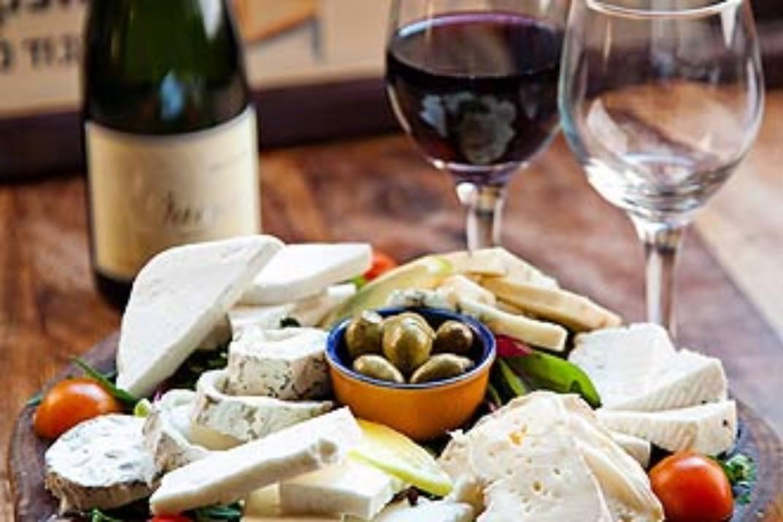 גבינות ויין בקפה מוסקט אודים (צילום: באדיבות המקום)
