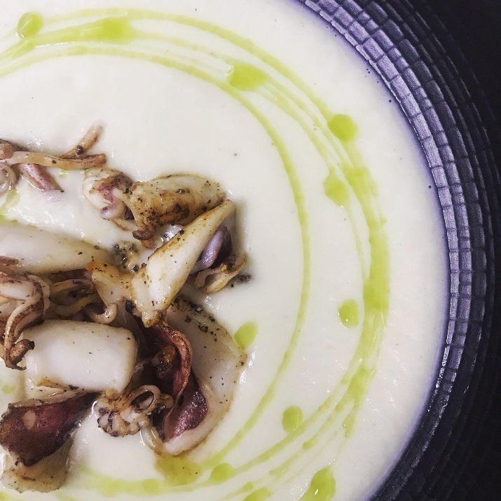 """מרק שורשים לבנים וקלמרי סגול באמש (צילום: יח""""צ)"""