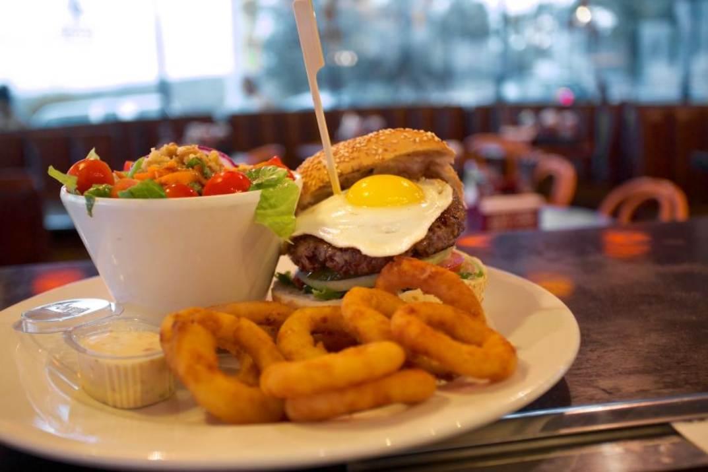 המבורגר וטבעות בצל בבורגר סאלון זכרון יעקב (צילום: באדיבות המקום)