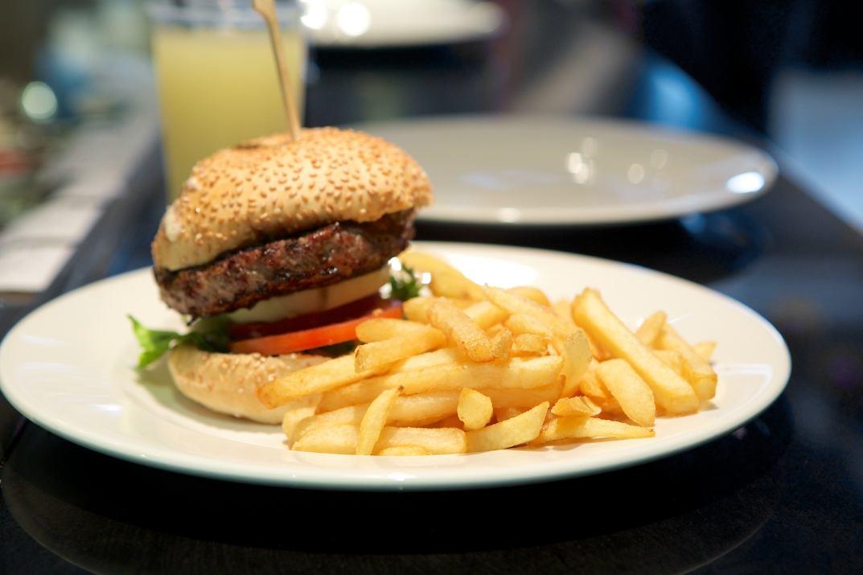 המבורגר וצ'יפס בבורגר סאלון זכרון יעקב (צילום: באדיבות המקום)