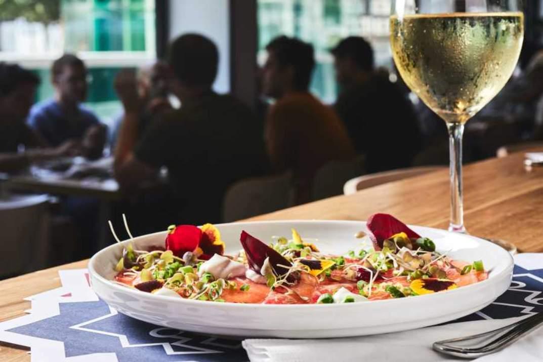 שולחן במסעדת בלקן (צילום: אמיר מנחם)