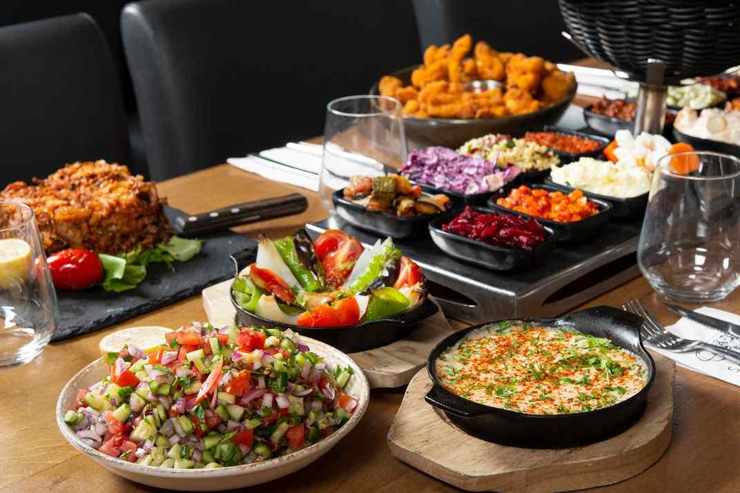 שולחן סלטים במסעדת גחלים, אשדוד (צילום: דרור ורשבסקי)