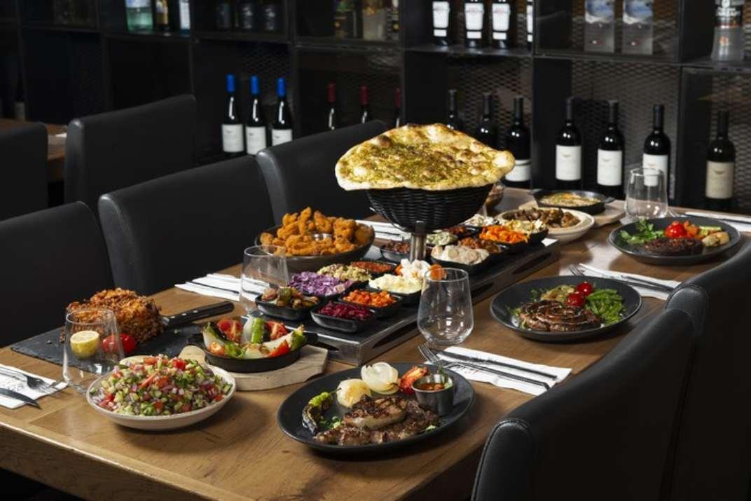 שולחן במסעדת גחלים, אשדוד (צילום: דרור ורשבסקי)