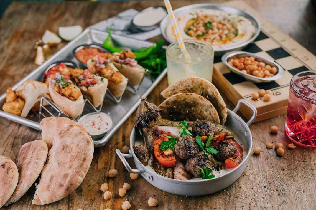 שולחן במסעדת עלינא, אשדוד (צילום: באדיבות המקום)