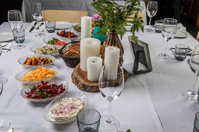 שולחן סלטים במסעדת הצדף (צילום: נטלי יששכר)