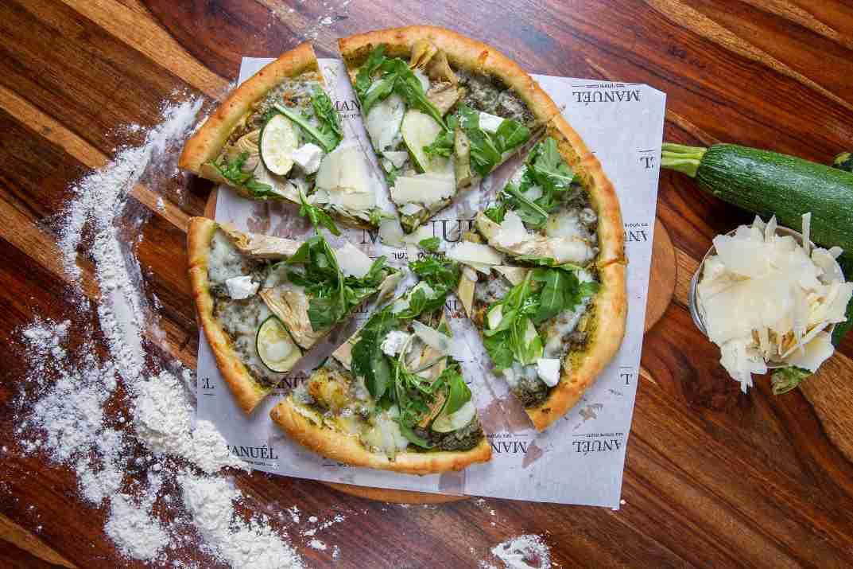 כל הצבעים על השולחן. פיצה ירוקה של מנואל (צילום: באדיבות המקום)