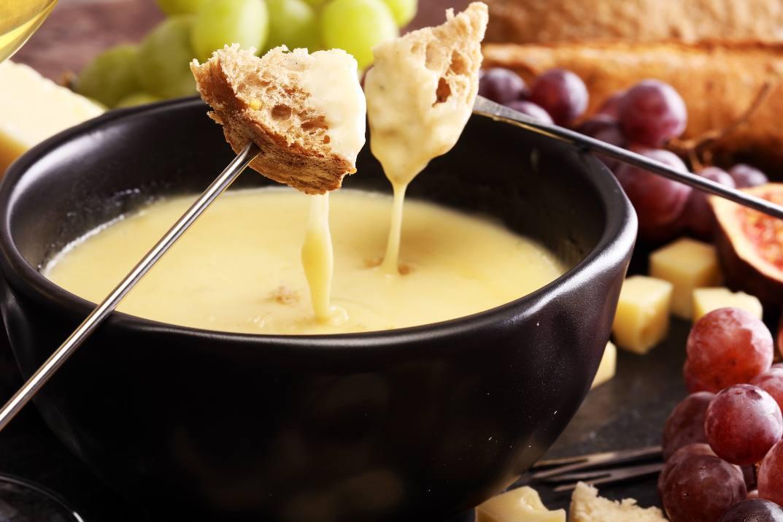 המעדן הכי שוויצרי! פונדו גבינות (צילום: Shutterstock)