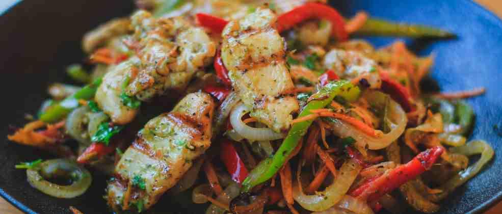 סלט ירקות ובשר ברוזה (צילום: באדיבות המקום)