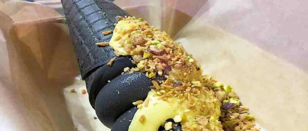 """גלידה שחורה בדוכן """"גלידה טובה"""" (צילום: לאור קוקה)"""